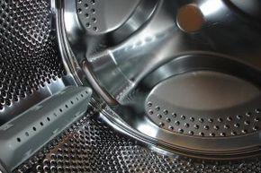 """Nettoyer tambour machine à laver / Il est conseillé d'effectuer une fois par mois un """"lavage"""" du tambour en lançant un cycle à 90° sans y ajouter de lessive. Cela permet en plus d'éviter que le soufflet en caoutchouc noircisse. Pensez également à laisser le couvercle ou le hublot de votre lave-linge ouvert après utilisation. L'humidité favorise le développement des mauvaises odeurs et l'usure prématurée du joint. En effet, celui-ci ne sèche pas normalement et se craquelle."""
