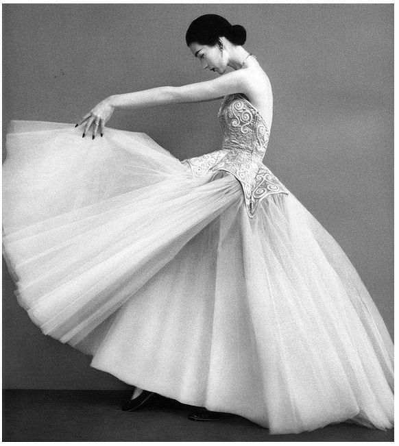 Richard Avedon, Dovima wearing Cristobal Balenciaga, 1950