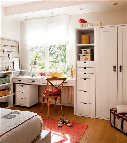 Dormitorio juvenil con escritorio bajo la ventana y corcho for Escritorio para dormitorio juvenil