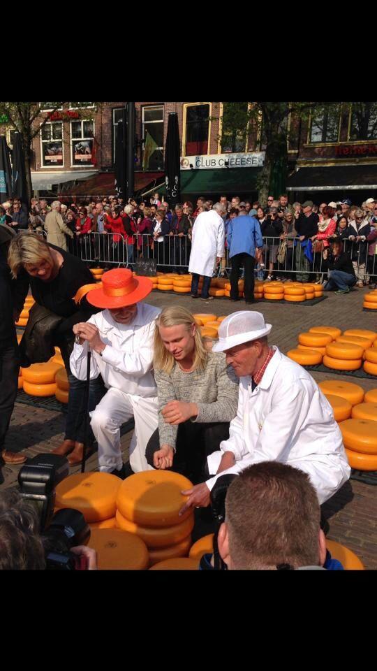 Koen Verweij opent kaasmarkt Alkmaar 25-04-2014