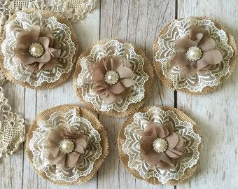 5 arpillera y cordón rústico flores hechas a mano con botones de metal de diamante de imitación
