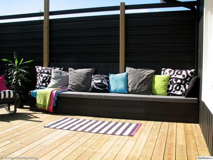 altan,uteplats,platsbyggd soffa,bänk,kuddar,matta,randig,svart,vit,grå,turkos,grön,rosa,kuddfodral,stockholm,insynsskydd,tralldäck