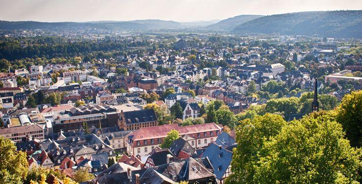 Marburg (Hessen): Die Universitätsstadt Marburg ist die Kreisstadt des Landkreises Marburg-Biedenkopf in Mittelhessen. Sie liegt an der Lahn und ist mit rund 72.000 Einwohnern die achtgrößte Stadt Hessens. Das Stadtgebiet erstreckt sich beiderseits der Lahn westlich ins Gladenbacher Bergland hinein und östlich über die Lahnberge hinweg bis an den Rand des Amöneburger Beckens.  Seit dem 13. Jahrhundert hat Marburg Stadtrechte. Heute erfüllt es die Funktion eines Oberzentrums im…