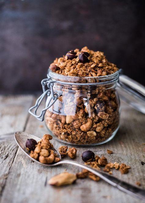 Runsaasti erilaisia pähkinöitä sisältävä granola sopii loistavasti aamupalaksi. Parasta se on vaniljajogurtin kanssa. Viimeisimmän kuukauden ajan olen syönyt tätä pähkinägranolaa aamupalaksi vaniljajogurtin kanssa. Se on yksinkertaisesti vain niin hyvä yhdistelmä, johon ei ole ainakaan vielä...