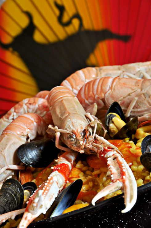 C'est quoi une poêle ? Una paella (du catalan-valencien paella [pa'e· ʎ a] , poêle) est un plat à base de riz rond d'origine valencienne et qui tire son nom de la poêle qui sert à la cuisiner. Le plus connu des plats de la cuisine espagnole naquit, en...