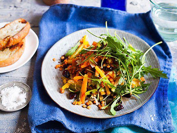 Warum Linsen so gesund und vor allem für Vegetarier und Veganer wertvoll sind. Plus: ein tolles veganes Salatrezept mit roten Linsen, Steckrüben und Möhren.