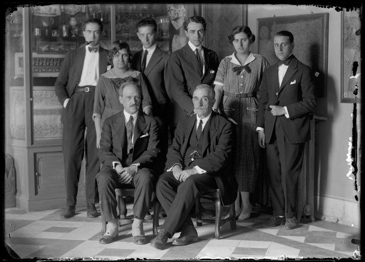 Personal del Museo Nacional de Artes Industriales. Sentados, Rafael Domènech y Gregorio Muñoz Dueñas. Museo Nacional de Artes Decorativas.