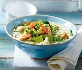 Grünes Thai-Curry 300 g Blumenkohl 200 g Brokkoli 50 g Zuckerschoten 1 Möhre 1 kleine Zwiebel 100 g Basmatireis Salz und Pfeffer 200 g Hähnchenfilet 1 TL Öl ca. 1/2 TL grüne Currypaste 100 ml ungesüßte Kokosmilch (Dose) 1/2 TL Gemüsebrühe (instant) 2–3 Stiele Koriander Saft von 1/2 Limette