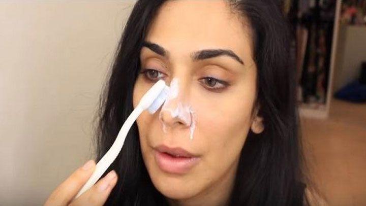 Ella frotó pasta de dientes suavemente en su nariz ¿Lo que consiguió? ¡Tú también lo harás!