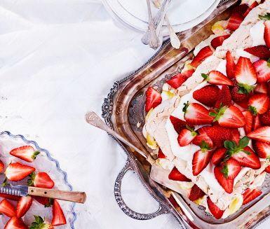 Somrig marängtårta av sockerkaka och maräng med jordgubbar och grädde smaksatt med lemon curd. Vispa egen maräng och blanda i pistagenötter. Vill du förenkla går det också bra med färdig tårtbotten och maräng. En helt oemotståndlig fräsch, frasig och god tårta!