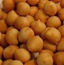 """COCCOLI - www.iopreparo.com:""""Coccoli"""" deriva dalla parola coccola che è il frutto dei cipressi. A Firenze sono famosi. Friggere è tipico della Toscana ed ogni località ha nomi ed usanze diverse. In Versilia, per esempio, si chiamano """"sgabei"""" perchè li friggono in maniera irregolare, con il gambo a guisa di becco, a Prato """"ficattole"""". I nonni li chiamano sommommoli dal nome di sommommo, cioè un boccone con la forma di cazzotto! Se la pasta di pane viene stesa con il matterello e poi viene…"""