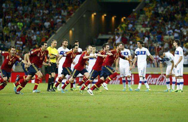 Los jugadores de España celebran después de su compañero Jesús Navas anotó el penal de la victoria en la tanda de penaltis de su partido de fútbol de semifinales Confederaciones contra Italia en el Estadio Castelao en