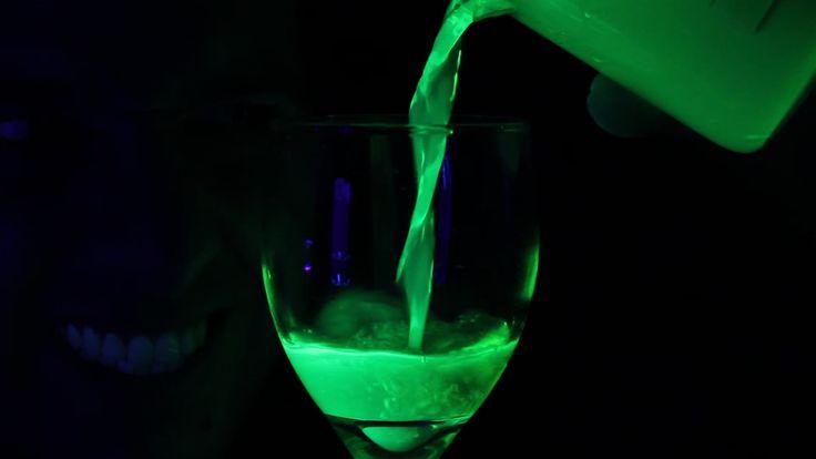Uma luz negra e algumas canetinhas fluorescentes são suficientes para fazer uma mistura quase mágica. Basta misturar as cargas da canetinha com