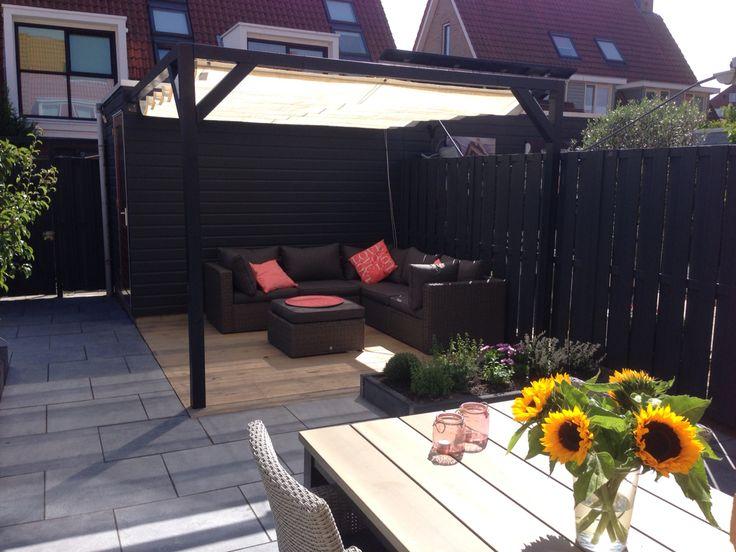 Nesling pergola met schaduwdoek om op warme zonnige dagen heerlijk te kunnen relaxen op de loungebank in onze achtertuin.