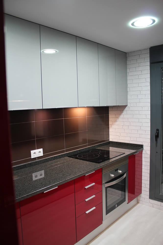 Rey rojo con gris clarito granito negro cocinas rojas for Cocina equipada negro y gris