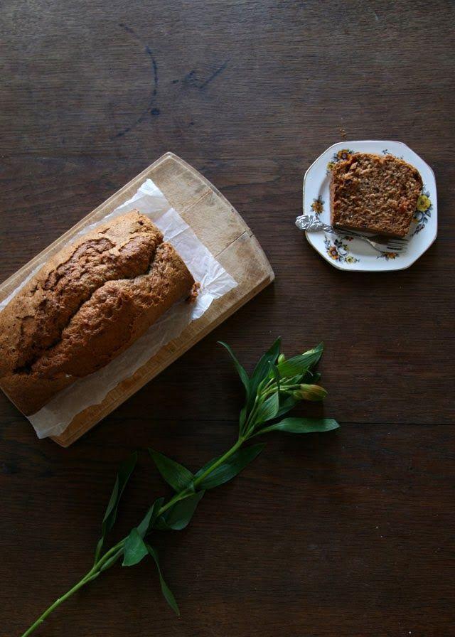 Courgette brood bakken met walnoten en rozijnen. Een soort bananenbrood, maar dan anders. Lekker kruidig door de kaneel. Recept voor courgettebrood.