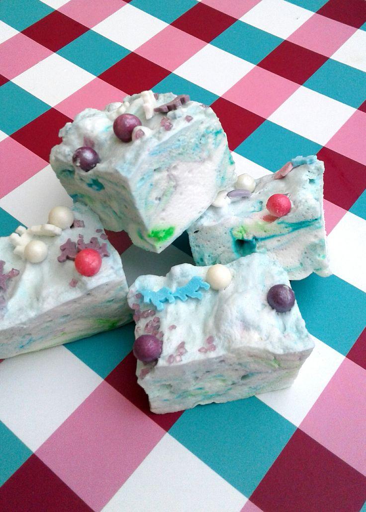 Mit diesem einfachen Rezept könnt ihr mit wenigen Zutaten ganz leicht Marshmallows für eure Einhornparty selber machen! Auch zum Valentinstag oder Muttertag ist dieses DIY eine tolle GESCHENKIDEE. St echt dazu eure Marshmallows einfach mit einem Keksausstecher in Herz Form aus, verpackt sie hübsch in einem Türchen oder Bonbonglas und fertig ist euer süßes Geschenk! Zum Kindergeburtstag kann man sie natürlich auch auf den Tisch bringen! Der Farbe und Form sind hier keine Grenzen gesetzt! Tobt…