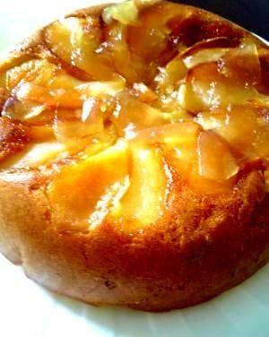 作り方  1  りんご半分は種をとり、皮付きのままスライス(表面飾り用)。 りんごの残り半分は皮をむき一口大のスライスにする。  2  鍋に砂糖と水をいれ、火にかけて煮詰める。そこにりんご全部をいれ、バターを加えて炒める。 りんごがしんなりしたらお皿で冷ます。  3  ボールに、生地の材料(ホットケーキミックス、卵、牛乳)を入れて混ぜる。  4  炊飯器の真ん中を中心に、煮詰めた皮付きりんごを少しずつずらしながら敷き詰める。 生地と、残りの煮詰めたりんごを加え、炊飯器に流しいれてスイッチオン♪  5  焼き色がつき、竹串を刺してみて、何も付いてこなければOK。一度でダメな場合は2~3回炊いてみてください。  6  表面にリンゴジャム(写真)やマーマレードを塗ると、つやが出て美味しそうになります。