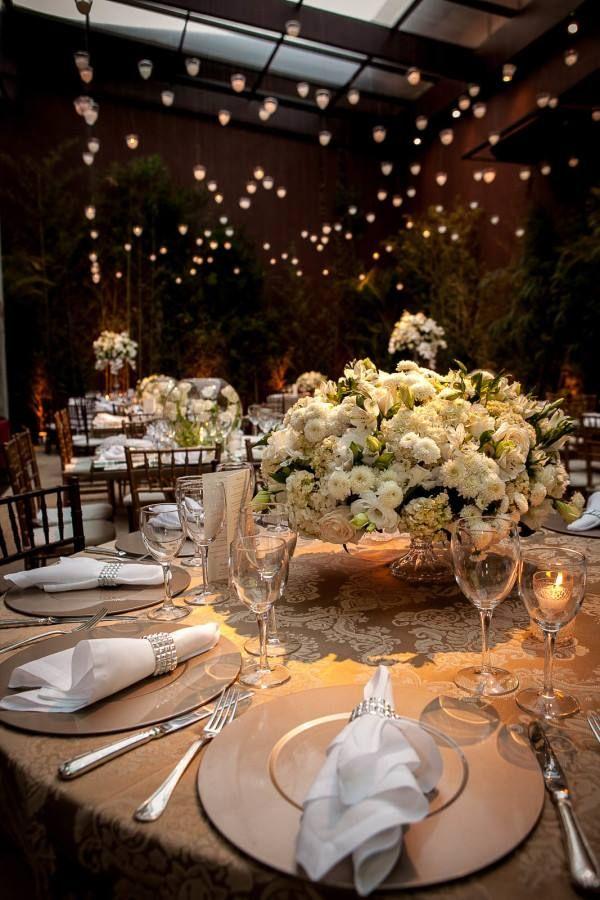 decoração casamento branco e verde luzes velas suspensas