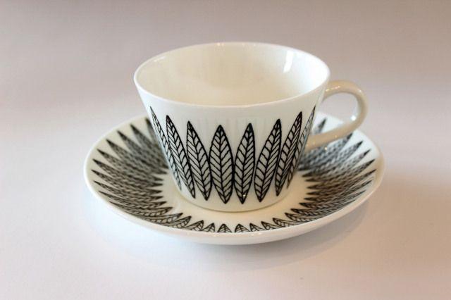 グスタフスベリ サリックス/ 北欧食器 1954年に Scandinavian Tablewares で発表されたSALIXシリーズ。 デコレーションデザインは Bibi Breger が担当しています。繊細な線で柳の葉っぱが描かれています。