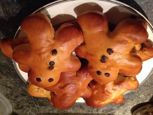 Les bonhommes de Noël briochés Ludique et typique des fêtes de fin d'année, voilà le bonhomme brioché... à décorer en laissant libre cours à votre imagination. Pour réaliser les bonhommes de Noël briochés Ingrédients (8 Personnes) : - 500 g de farine - 100 g de sucre - 100 g de beurre - 25 g de levure boulangère fraîche (en cube) - 2 oeufs + 1 jaune d'oeuf - 20 cl de lait - 5 g de sel>