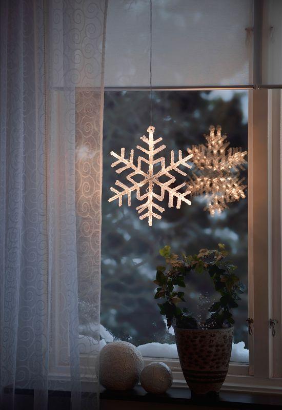 Fin snöflinga i acryl med varmvita led lampor att hänga i fönstret till Jul. https://buff.ly/2ikkir1?utm_content=buffer345cc&utm_medium=social&utm_source=pinterest.com&utm_campaign=buffer