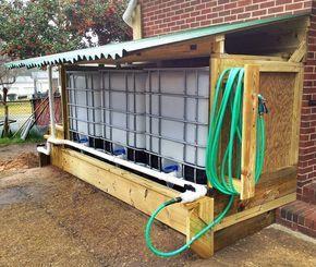 Es hat seit ungefähr einem Monat nicht geregnet. Hast du dich vorbereitet, bevor es passiert ist? Hier ist ein großartiges Beispiel für die effektive Speicherung von Wasser … Jeder IBC-Container fasst 275 Gallonen Wasser.