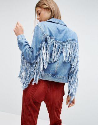 ASOS – Denim Jacke in mittelblauer Waschung mit Fransen auf der Rückseite