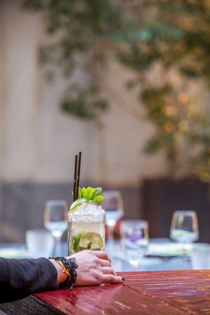 Απολαύστε ένα γευστικότατο Mojito από τον John Samaras, μόνο στο Pasaji. Ένα cocktail με βάση το λευκό ρούμι που περιέχει lime, φρέσκια μέντα, ζάχαρη και σόδα. Σερβίρεται με διάφορες γεύσεις φρούτων. #Pasaji #PasajiAthens #CityLink #Athens #Cocktails #AthensFood #Restaurant #AthensRestaurant #SignatureCocktails #JohnSamaras #Drink #Drinks #Bar #AthensBar #BarInAthens #Alcohol #AlcoholicBeverage #Beverage #Mojito