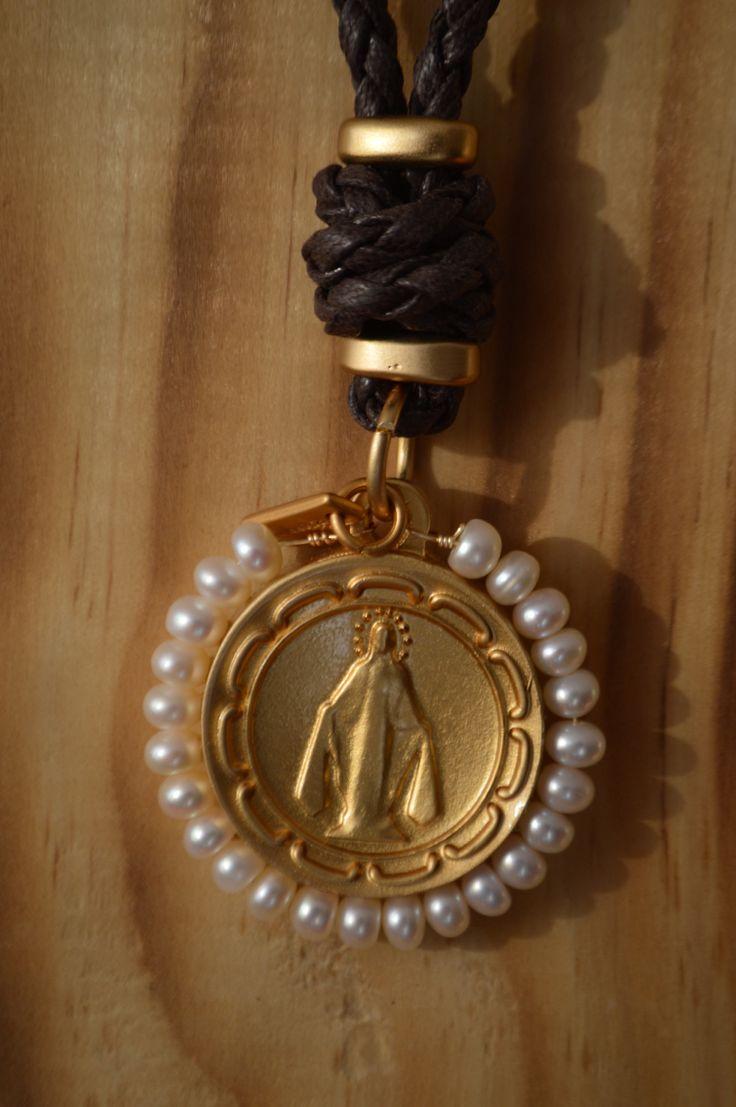 Virgen de los rayos con corona de perlas