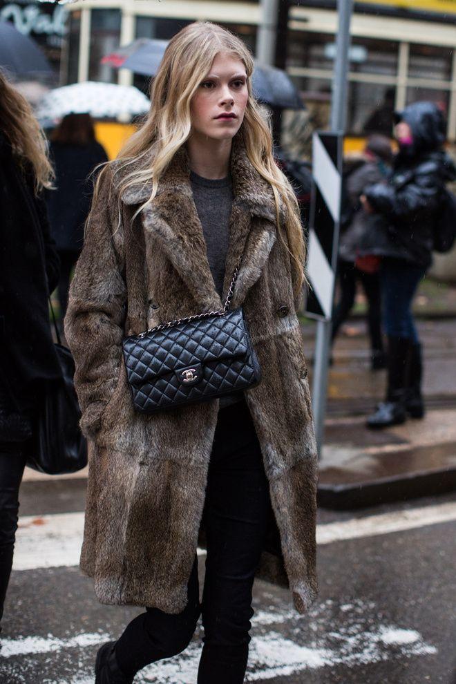 Sac Chanel et manteau en fourrure à la Fashion Week automne-hiver 2016-2017 de Milan