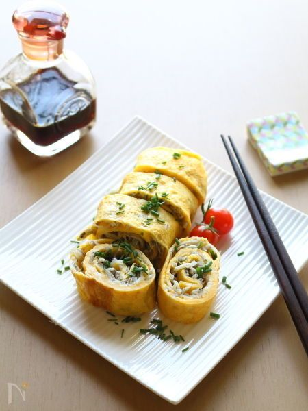 しらすの塩分だけで十分なシンプルな卵焼きです。  しらすの量によって、食べごたえが変わってきますのでお好みで。  しらす干しやちりめんじゃこなどでも作れます。    食べるときに、かる~く醤油をかけて頂いてもOK。
