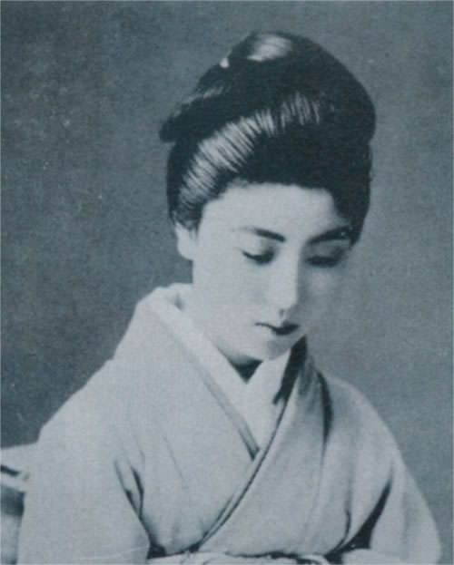 藤蔭静樹(ふじかげせいじゅ)> 日本舞踊家 > パリでも絶賛された美しき日本舞踊家。気軽に近づけないようなオーラを感じる。小説家・永井荷風と大恋愛して、くっついたり離れたりしたことでも有名だ。永井荷風が亡くなった後、藤蔭静樹は、彼の命日である30日にきまってカツ丼を食べるようになった。カツ丼は、永井荷風の最期の食事だったからだそうだ。