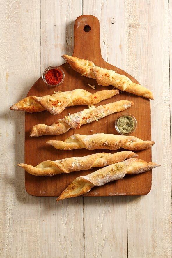 Kruidenstengels van pizzadeeg