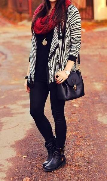 Calças pretas + camisa preta + casaco malha cinzento + cachecol vermelho + botas pretas + mala preta