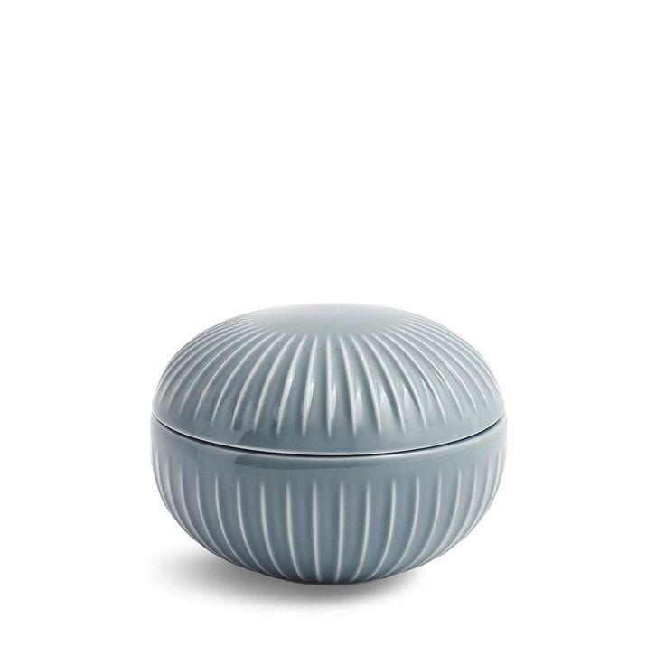 Dit prachtige keramische bonbonniere is eenvoudig en stijlvol tegelijk. Zet het op tafel als bonbonnière of suikerpot. Of gebruik het voor sieraden op