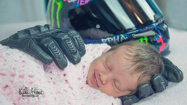 Emotionele babyfoto: Aubrey glimlacht in handschoen van overleden vader