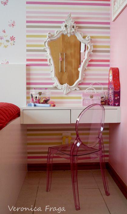 console com gavetas. Para demarcar os espaços, inseri o papel de parede listrado no cantinho de beleza, um espelho provençal e uma cadeira Elizabeth Mini. Ela amou! Agora tinha uma penteadeira digna de uma princesa!