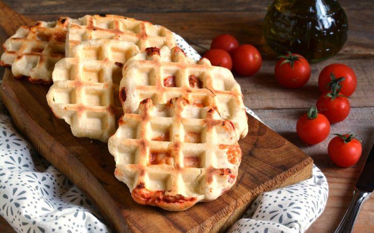 Una ricetta insolita per preparare i waffle con un gustoso ripieno. Gli ingredienti di questa ricetta sono quelli di una semplice pizza: serve l'impasto base (nelle dosi indicate nella ricetta), il pomodoro e la mozzarella. Naturalmente sarà necessaria anche una piastra elettrica per la tipica cottura dei waffle.