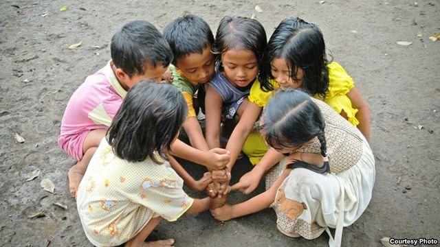 """The Royal Indonesia TV Online: Komnas Anak: Terkait Kasus Pedofilia JIS,    Arist Merdeka Sirait :  """"Bahwa tempat kejadian setelah rumah adalah sekolah . Sekolah bisa melakukan simulasi-simulasi bagaimana mengajarkan anak misalnya apa yang tertutup di balik baju , anak diberikan pengetahuan yang cukup, bahwa hanya bisa disentuh oleh tiga orang yaitu dirimu sendiri, ibumu dan dokter, dokter juga harus didampingi. Kemudian mengajarkan berani berteriak mengatakan tidak,"""""""