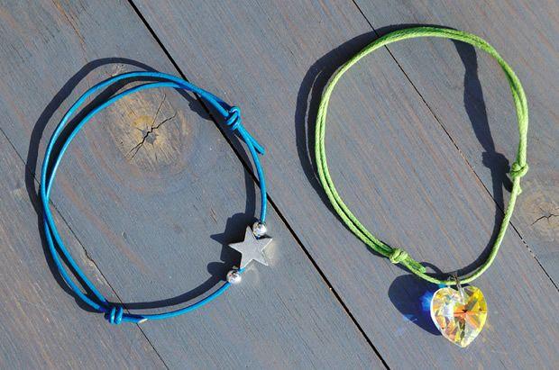 On craque pour les bracelets d'été ! Trop mimi les bracelets montés en liens coulissants… Alors vous craquez ? Pour cela, il vous faut 50 cm de lien de coton ciré ou de cuir des …Lire la suite