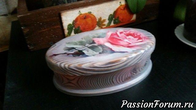 >      И снова браш.      Вживление распечатки,      тонировка акриловыми      красками.      Жемчужно-серый и      розовый. Сверху      перламутр, на      фотографии не видно. И      цвет внутри совпадает      с оттенком розы на      крышке. Лак матовый и      воск.