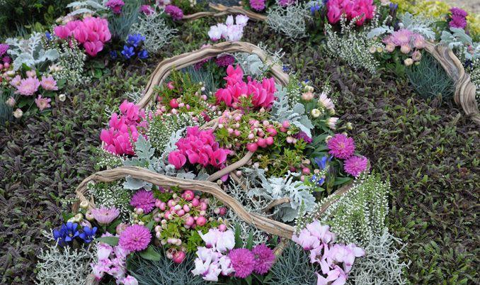 Oder ein hübsches Gesteck aus bunten Herbstblumen für das Grab © Bund deutscher Friedhofsgärtner