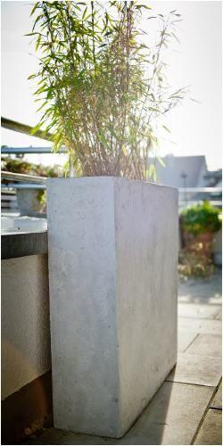 Pflanzkübel, Blumenkübel, Pflanzgefässe in Beton- oder Sandsteinoptik: Kübel aus Beton für Outdoor Pflanzen. Vor dem Eingang oder im Garten.