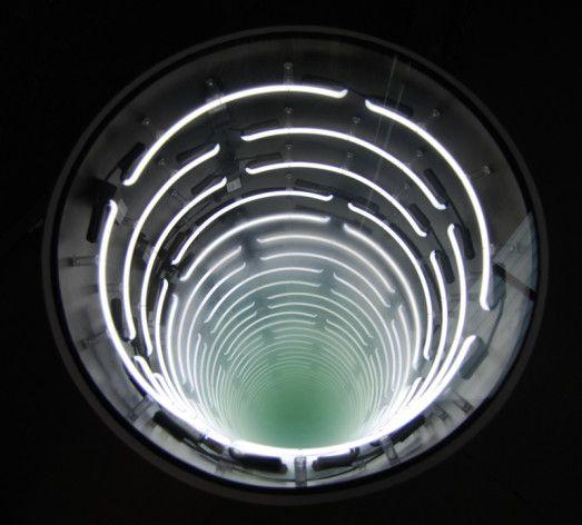 ivan navarro | Ring Ring  lâmpada fluorescente, madeira compensada, vidro, espelho, vidro espelhado e energia elétrica // 66 x 65 (Raio) // 2011