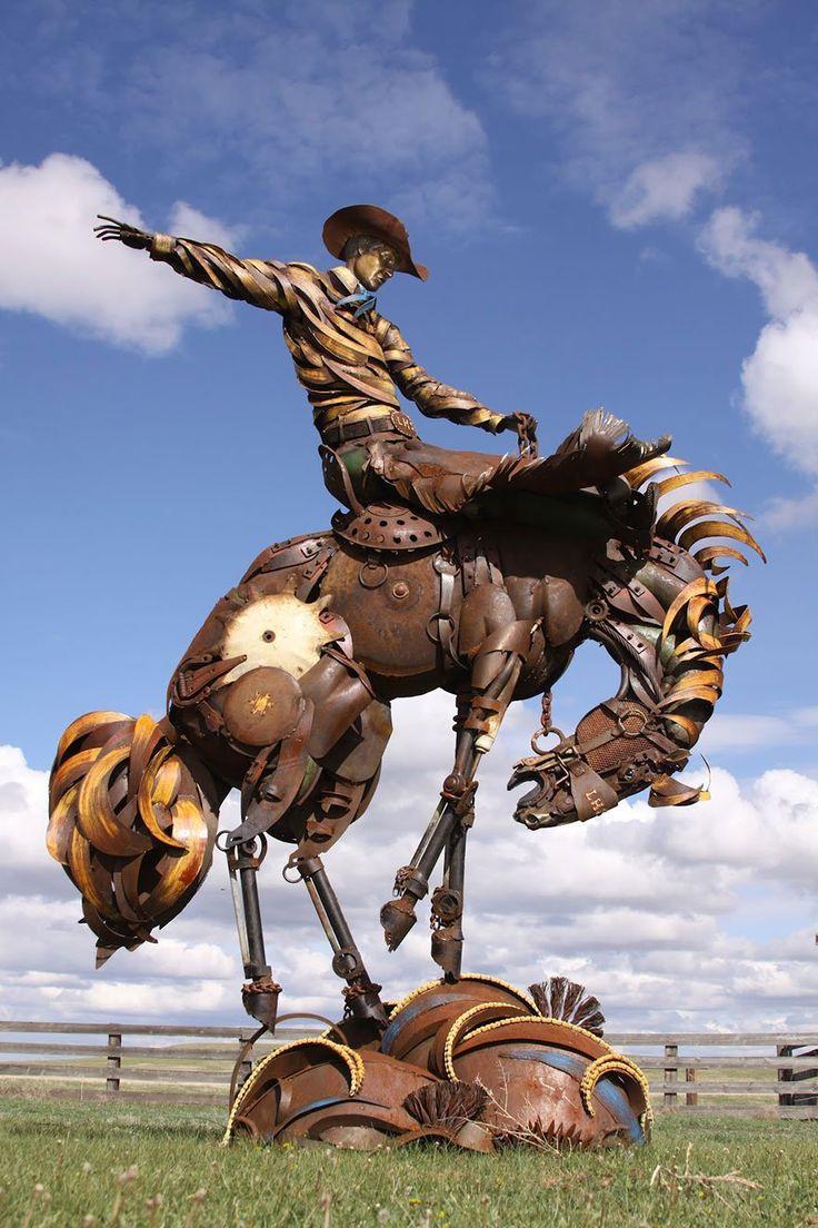 Rodéo - John Lopez est un Sculpteur originaire du Dakota du Sud, qui réalise de somptueuses Sculptures Grandeur Nature avec de la Ferraille et autres Outils Agricoles.