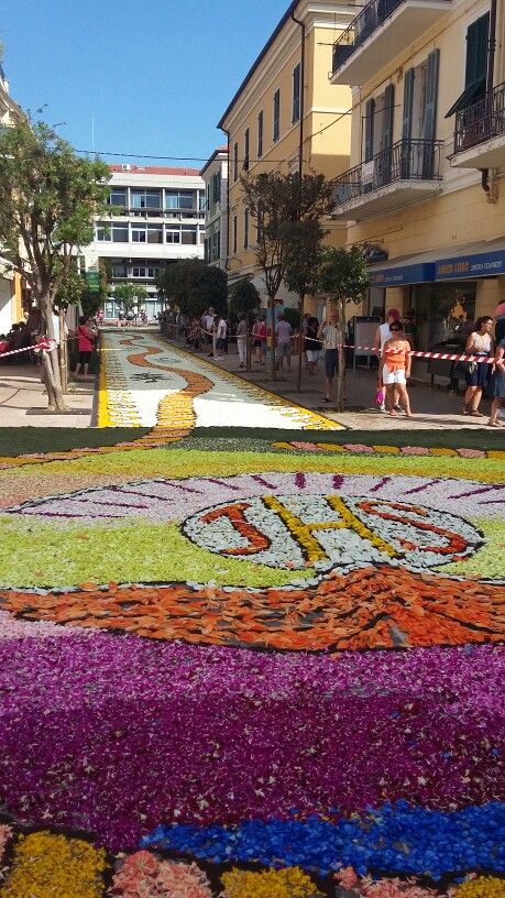 Infiorata Corpus Domini . Diano Marina Liguria  Spettacolare veri artisti all'opera con petali di fiori