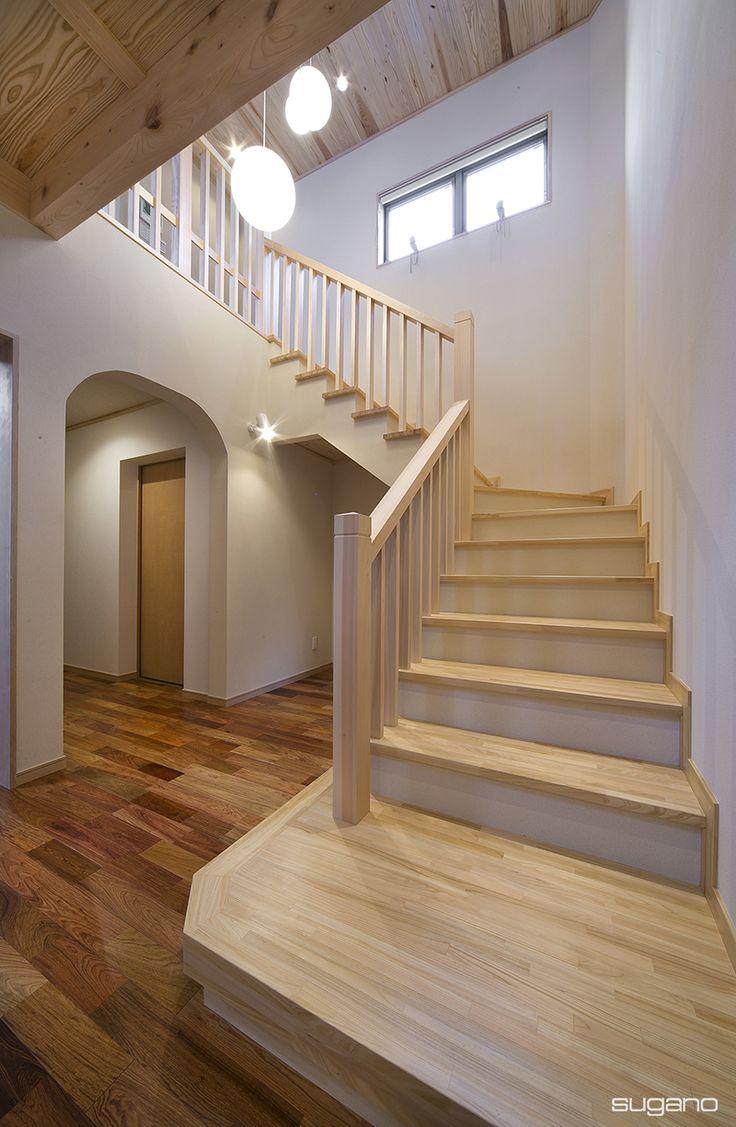吹抜の玄関ホールに階段を設けました。 #和風住宅 #住宅 #新築住宅 #家づくり #木造住宅 #階段 #吹抜 #玄関ホール #吹抜の玄関ホール #木質 #設計事務所 #菅野企画設計