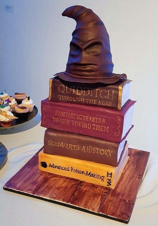 E este bolo Harry Potter completo com Chapéu Seletor. | 17 bolos tão…