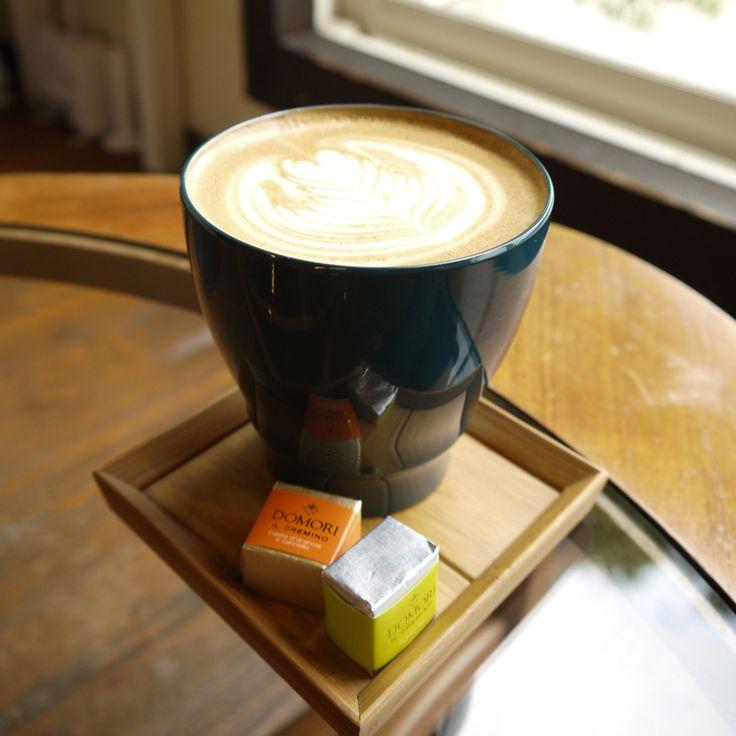 窓際で漆のカップでラテ。 Fudanシリーズ_いつもかっぷ青色   http://j-cocomo.jp